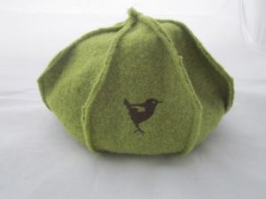 Walkmütze grün mit Vogel