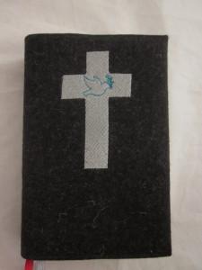 Kreuz 1 auf dunklem Filz
