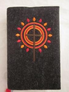 Kreuz 3 rot-orange auf dunklem Filz