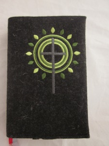 Kreuz 3 grün auf dunklem Filz