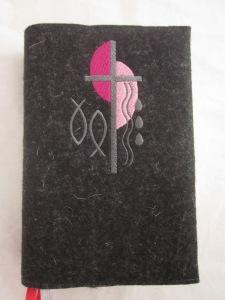 Kreuz 2 pink-rosa auf dunklem Filz