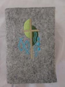 Kreuz 2 grün-türkis auf hellem Filz