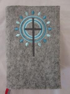 Kreuz 3 türkis auf hellem Filz
